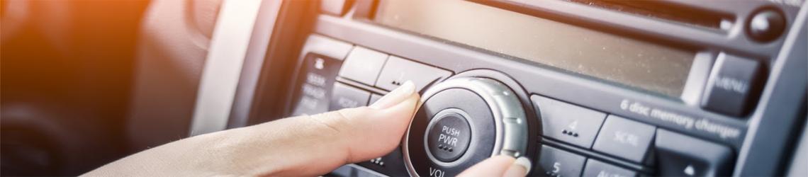 Radio samochodowe i przenośny odtwarzacz dvd